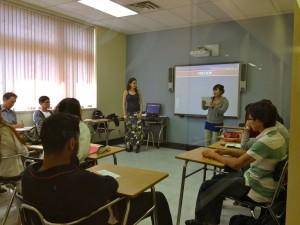 カナダ・ビクトリアの語学学校。電子黒板を使った授業です。